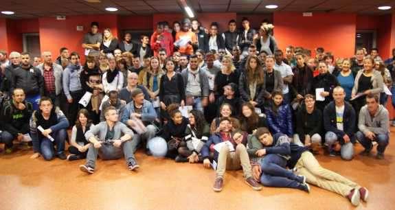 L'ensemble des jeunes présents. Au centre: Naïma Charaï, présidente de l'ACSé.